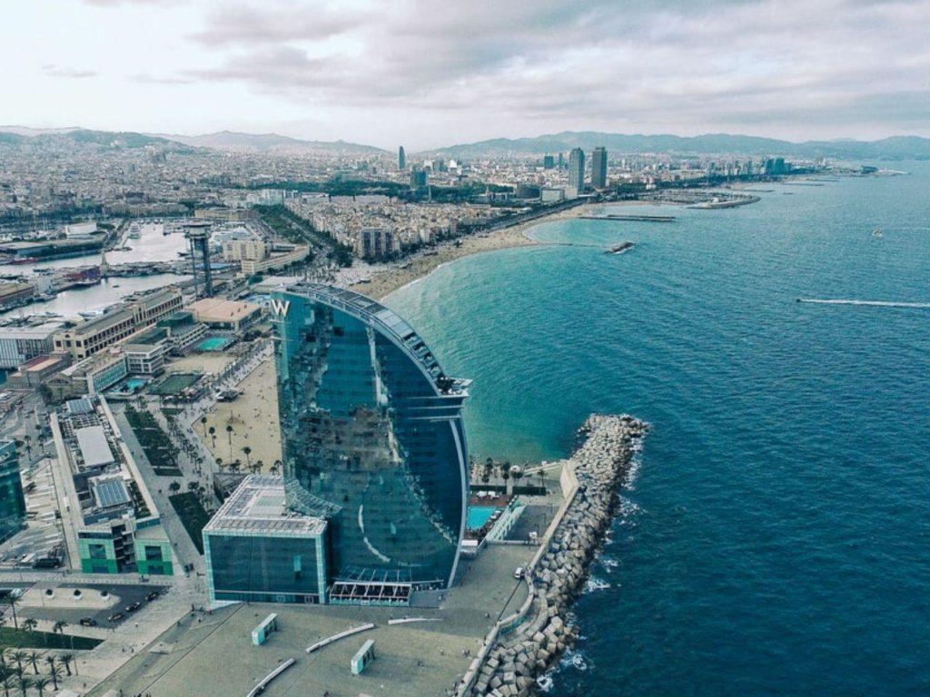 barcelona con sus playas y mantañas, ciudad para mudarse y teletrabajar