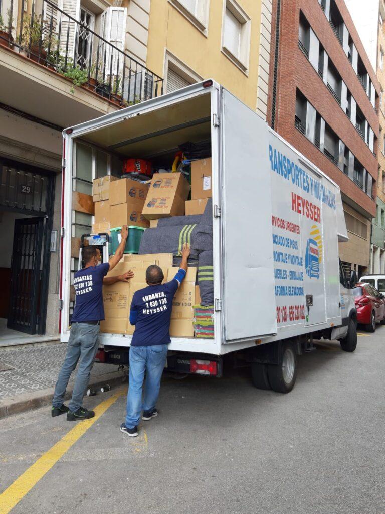 camion de mudanzas y obreros en Barcelona