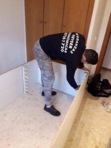 mozo desmontando closet