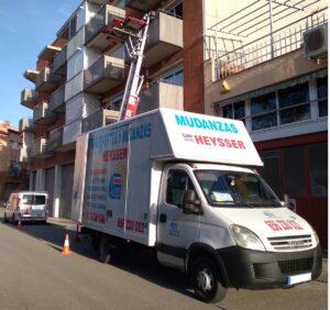 Camiones de mudanzas económicas con plataforma elevadora en una mudanza urgente en barcelona