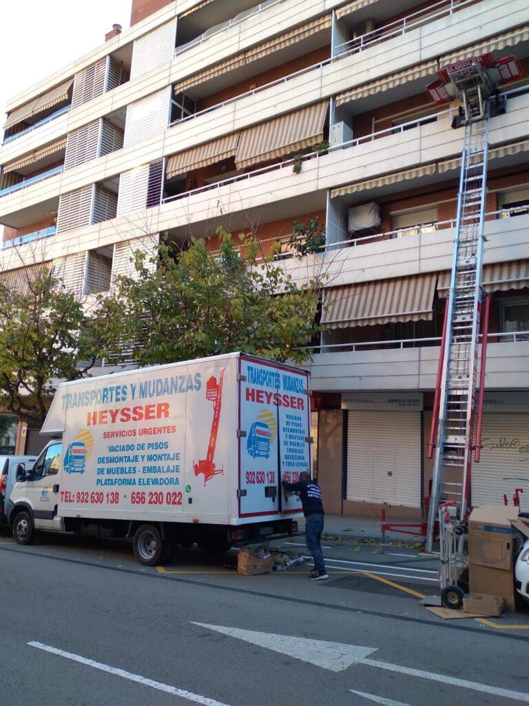Camión de las empresa de mduanzas heysser para mudanzad económicas en barcelona