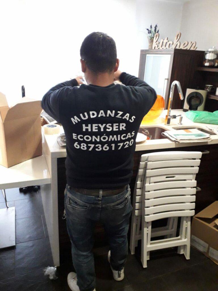 Trabajador de Heysser haciendo mudanza barata en Barcelona